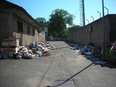 Serra, via Scendamo trasformata in discarica. L'indignazione degli abitanti del quartiere