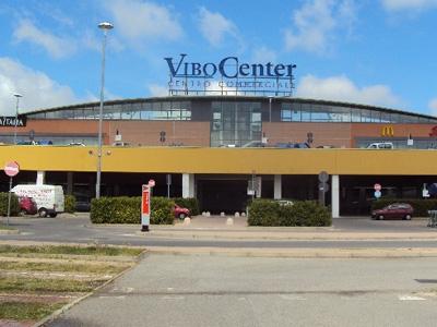 Furto nella notte al centro commerciale Vibo Center, bottino da 9mila euro