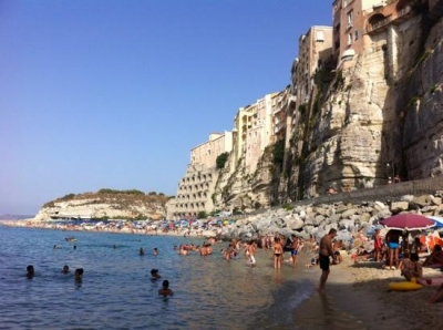 Tropea, atti osceni in spiaggia: denunciato un uomo