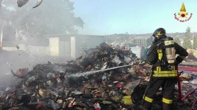 Incendio alla piattaforma ecologica di Ricadi, in fumo 20 tonnellate di materiale plastico